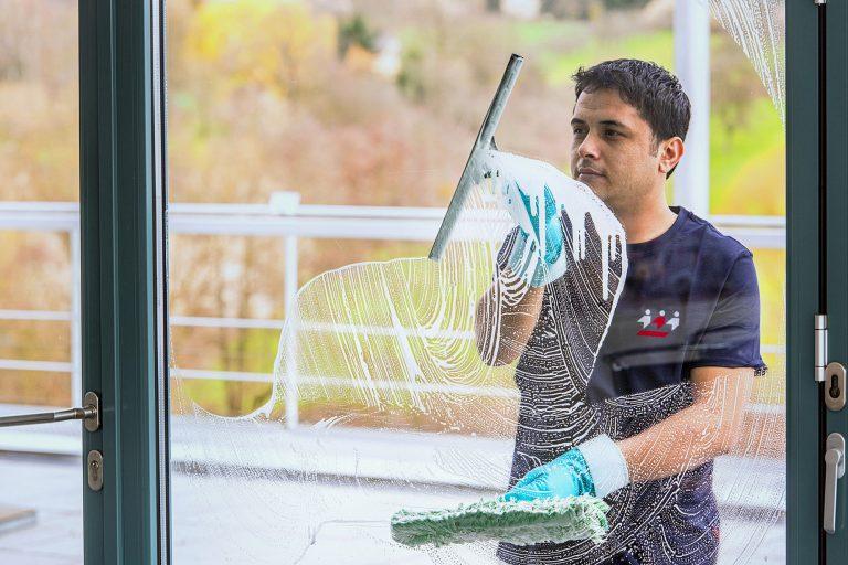 Die Reinigung von großflächigen Fensterfronten und Fassaden in Frankfurt